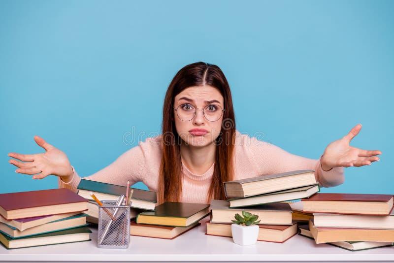 Portret van haar zij aardig aantrekkelijk onwetend ongeletterd twijfelachtig meisje die het onderwerp van de examentest universit stock fotografie