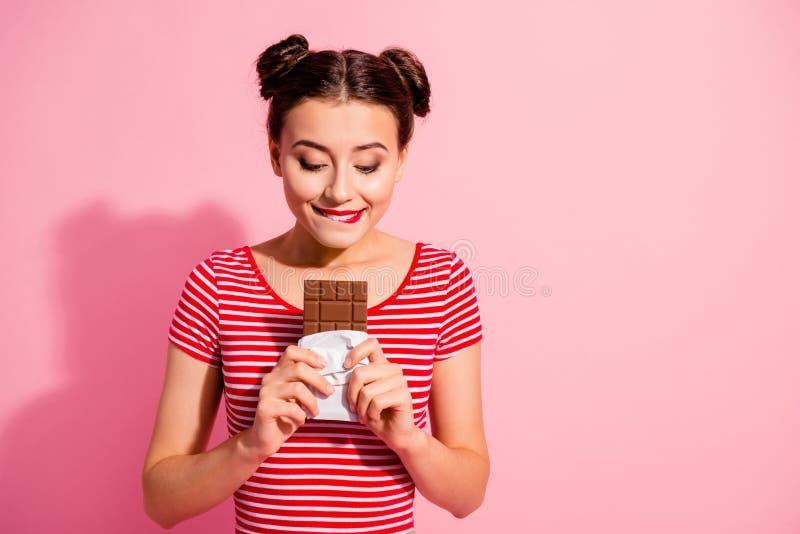 Portret van haar zij aardig leuk charmant aantrekkelijk mooi aantrekkelijk vrolijk hongerig meisje die gestreepte t-shirtholding  stock fotografie