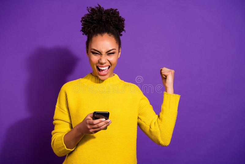 Portret van haar zij aardige aantrekkelijke mooie vrolijke vrolijke blije extatische wavy-haired meisjesholding in groot handenap stock afbeeldingen