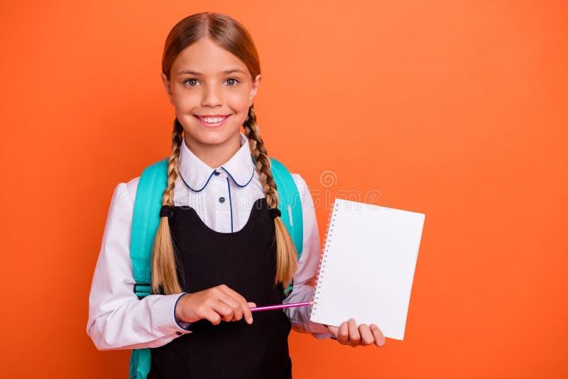 Portret van haar zij het aardige aantrekkelijke charmante leuke vrolijke vrolijke ijverige meisje die van de nerd pre-tiener oefe royalty-vrije stock foto