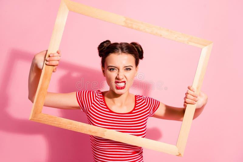 Portret van haar zij mooi leuk charmant aantrekkelijk mooi bazig egoïstisch meisje in gestreepte t-shirtholding in handen royalty-vrije stock foto's