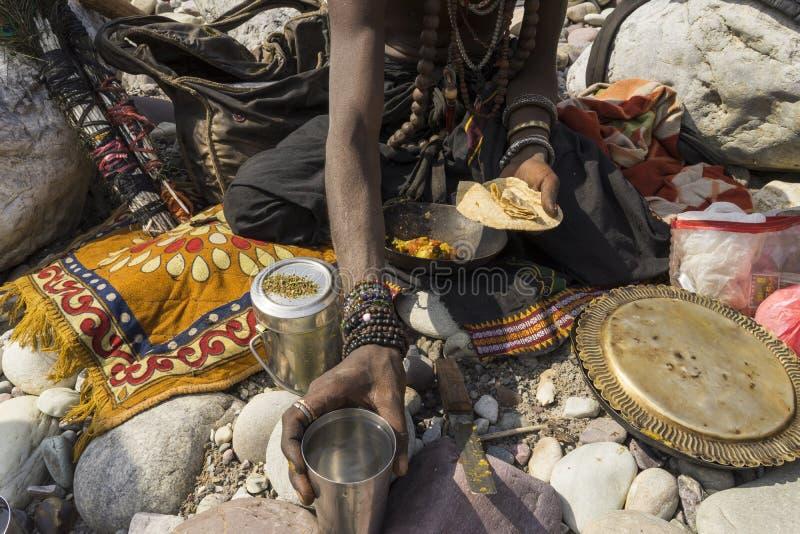 Portret van Heilige mensen Sadhu in Rishikesh India die voedsel eten royalty-vrije stock foto