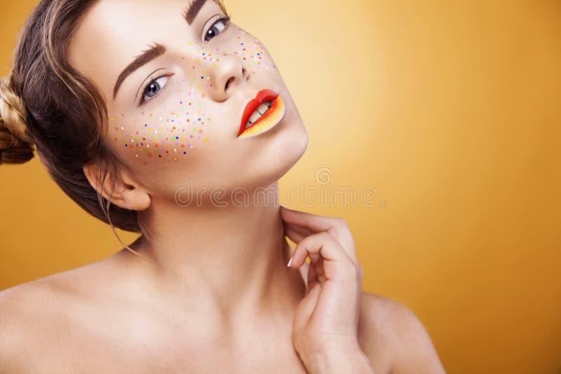 Portret van helder mooi meisje met samenstelling van kunst de kleurrijke sproeten royalty-vrije stock foto
