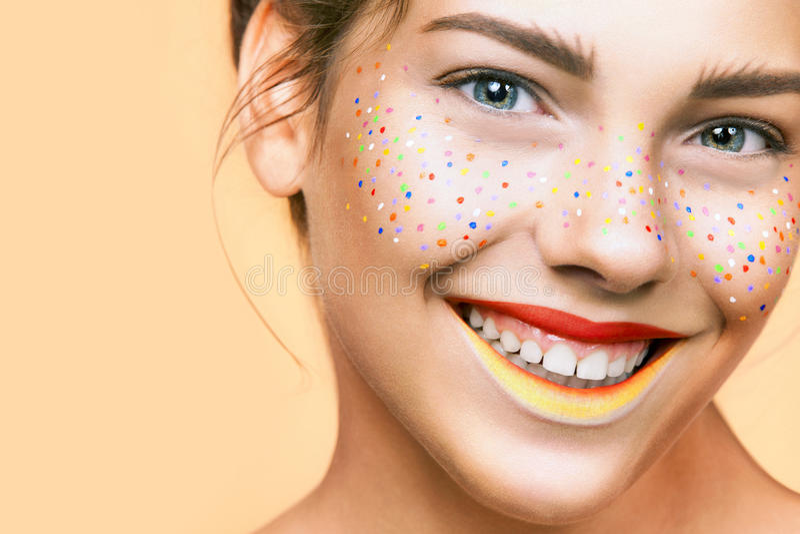 Portret van helder mooi meisje met samenstelling van kunst de kleurrijke sproeten stock foto