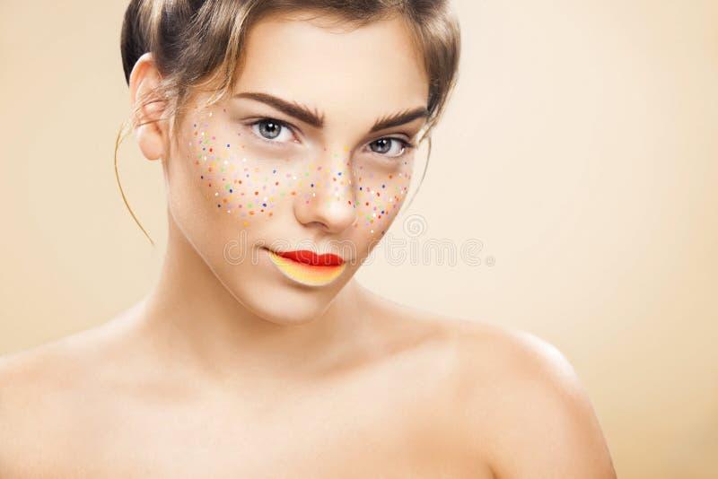 Portret van helder mooi meisje met samenstelling van kunst de kleurrijke sproeten stock afbeeldingen