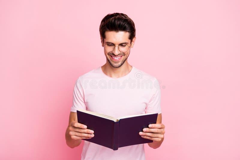 Portret van van hem hij aardig aantrekkelijk de lezingsboek van de inhouds zeker ijverig geconcentreerd vrolijk vrolijk intellige stock afbeelding