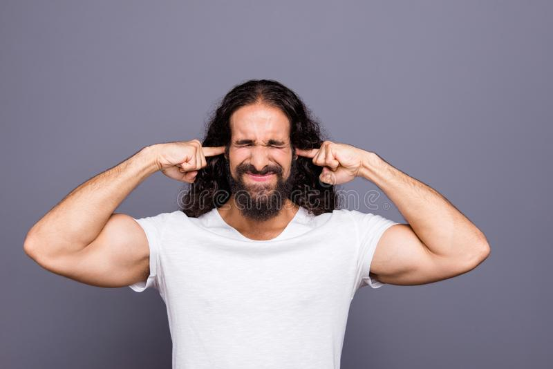 Portret van van hem hij aardige verzorgde aantrekkelijke boze wavy-haired kerel sluitende oren die die schandaalruzie schreeuwen  royalty-vrije stock foto