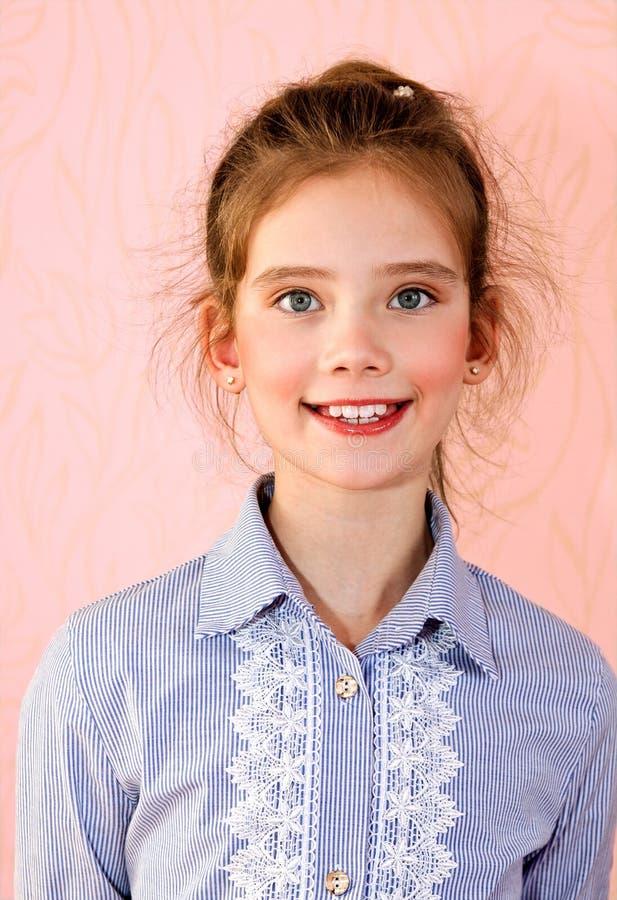 Portret van het aanbiddelijke glimlachende geïsoleerde kind van het meisjeschoolmeisje stock foto's
