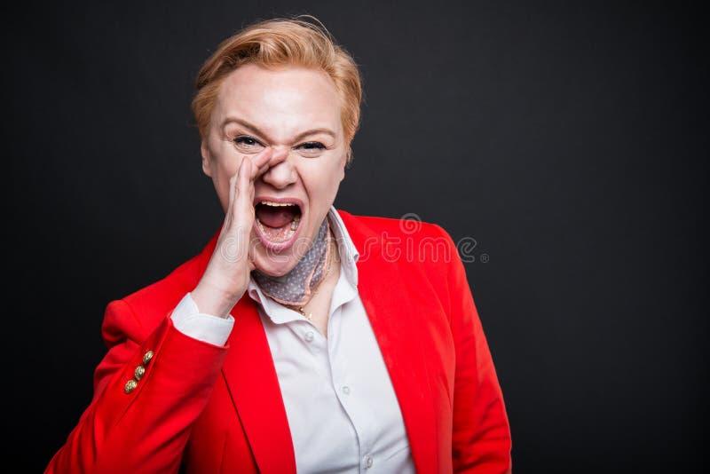 Portret van het aantrekkelijke bedrijfsvrouw luid gillen uit royalty-vrije stock foto