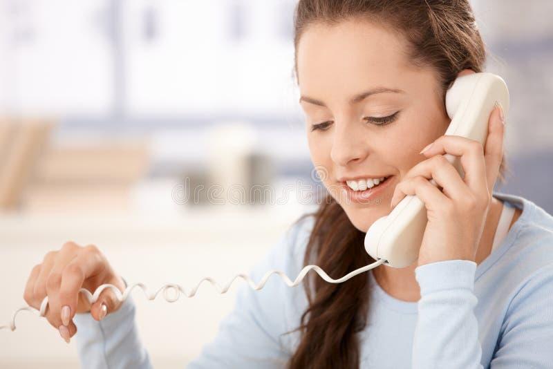 Portret van het aantrekkelijke vrouw spreken op telefoon royalty-vrije stock afbeelding
