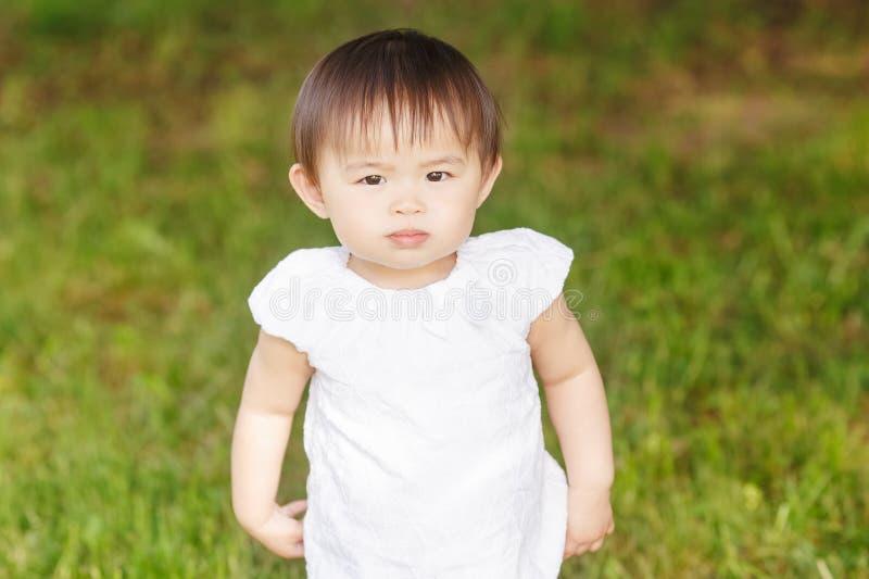 Portret van het Aziatische baby spelen stock afbeelding