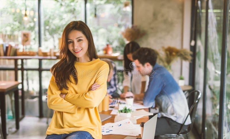 Portret van het Aziatische vrouwelijke coworking bureau van het creativiteit werkende team royalty-vrije stock afbeelding