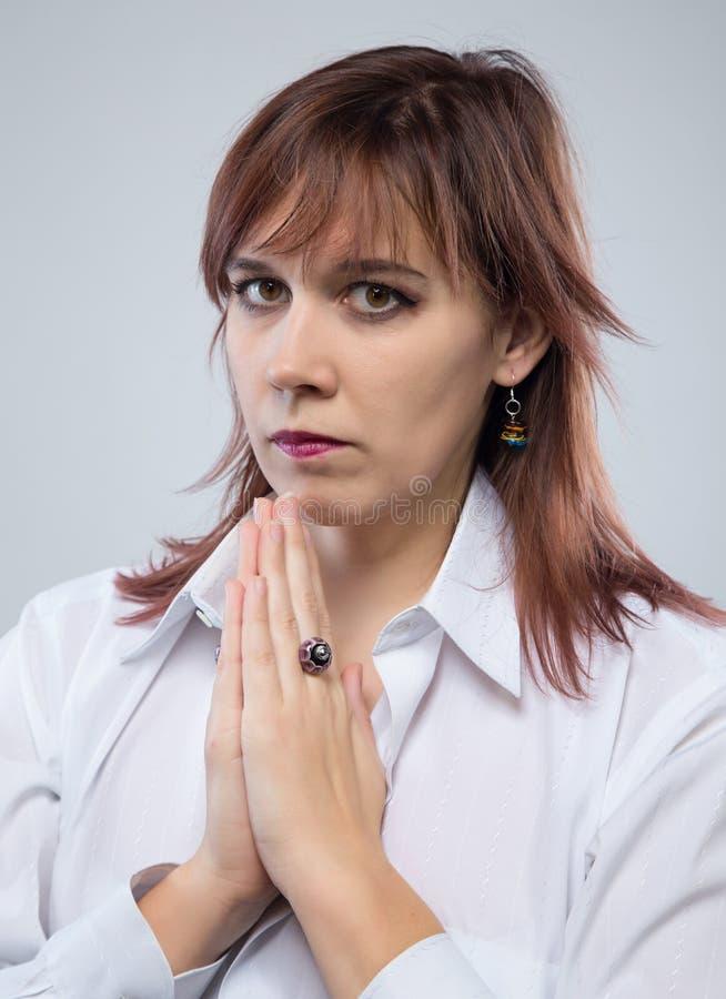Portret van het bidden van donkerbruine vrouw royalty-vrije stock fotografie