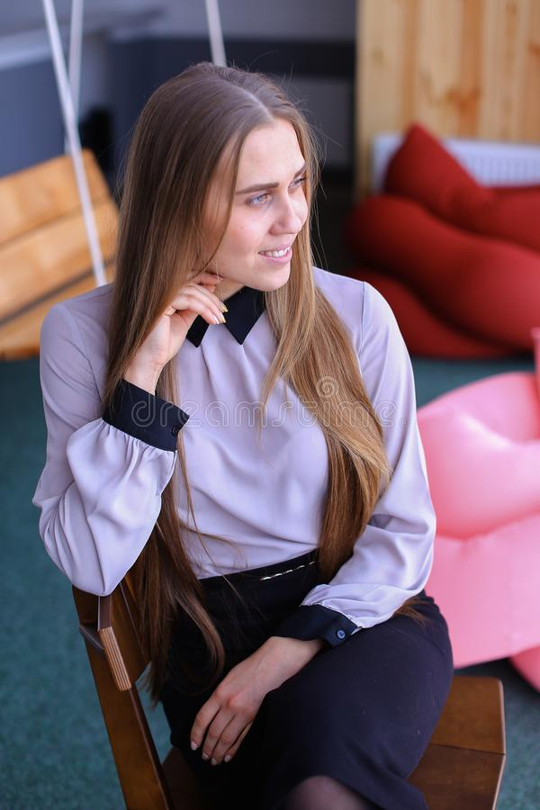 Portret van het charmante jonge bedrijfsvrouw kijken weg met smil royalty-vrije stock foto