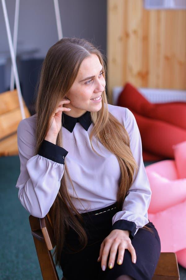 Portret van het charmante jonge bedrijfsvrouw kijken weg met smil royalty-vrije stock fotografie