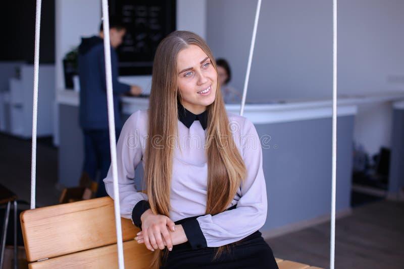 Portret van het charmante jonge bedrijfsvrouw kijken weg met smil royalty-vrije stock afbeeldingen