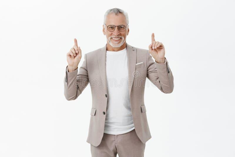 Portret van het charmeren van de succesvolle en gelukkige modieuze oude mens met witte baard en kapsel in glazen en elegant kostu royalty-vrije stock afbeeldingen