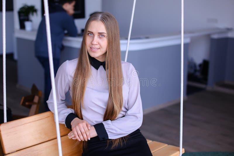 Portret van het charmeren van jonge bedrijfsvrouw die camera bekijken met royalty-vrije stock afbeeldingen