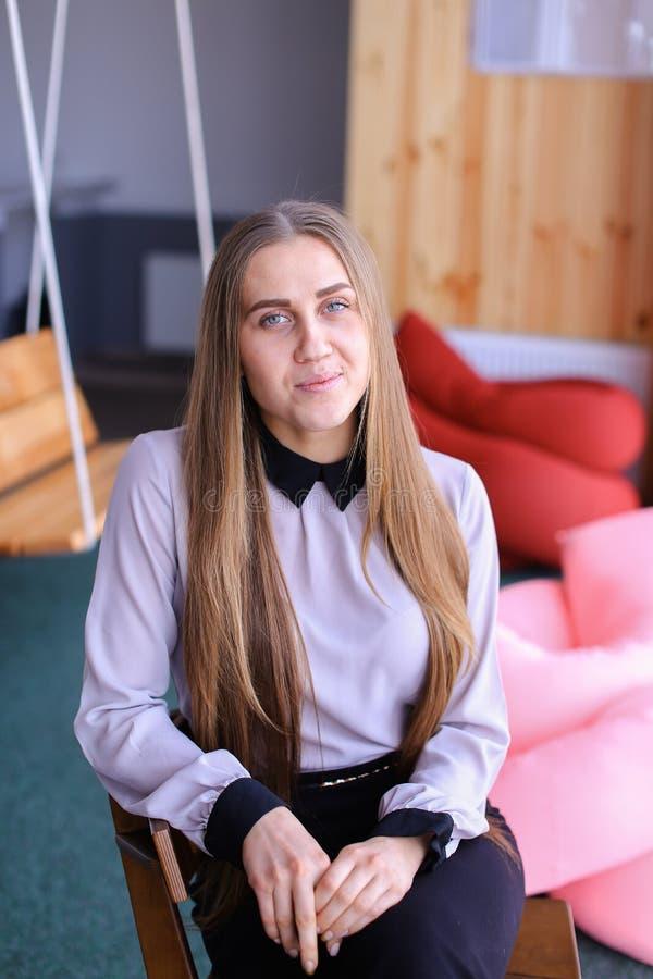 Portret van het charmeren van jonge bedrijfsvrouw die camera bekijken met stock afbeelding