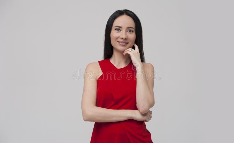 Portret van het charmeren van jonge donkerbruine vrouw die rode blouse dragen royalty-vrije stock foto's