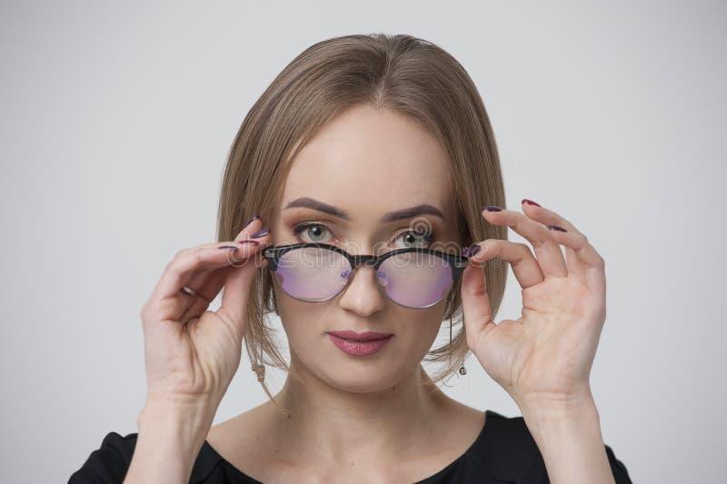 Portret van het charmeren van jonge vrouw in modieuze bril royalty-vrije stock afbeeldingen