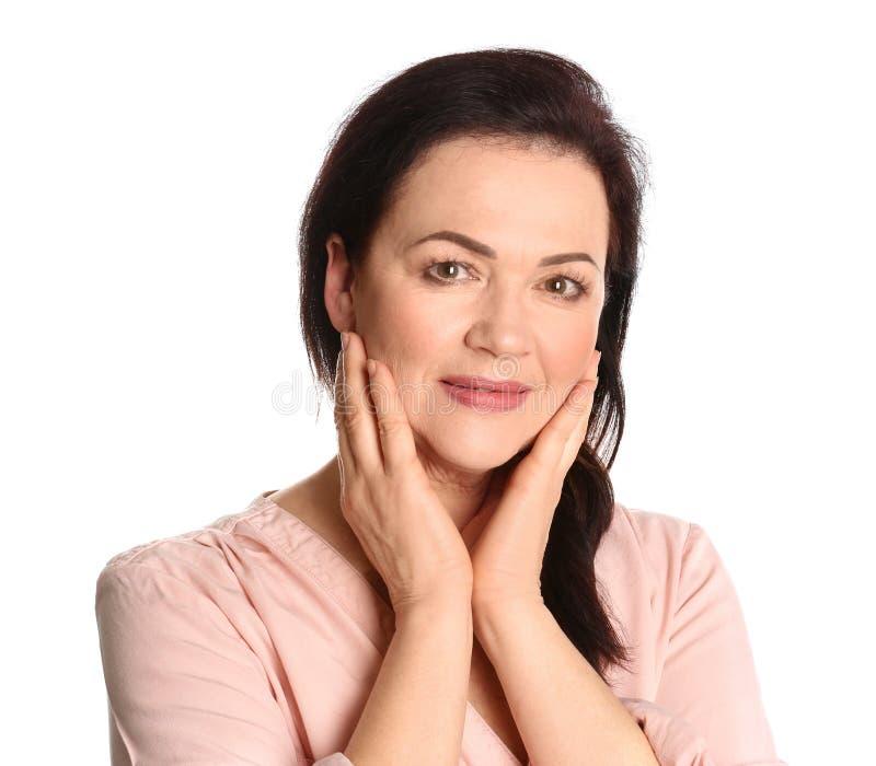 Portret van het charmeren van rijpe vrouw met gezond mooi gezicht te royalty-vrije stock foto