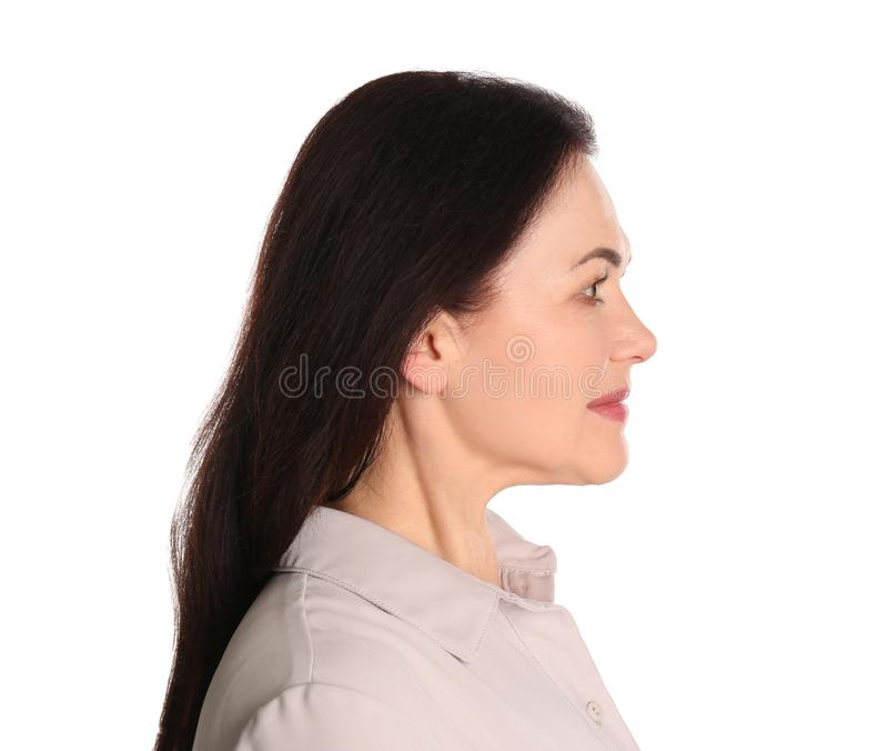 Portret van het charmeren van rijpe vrouw met gezonde mooie gezichtshuid en natuurlijke make-up op wit royalty-vrije stock afbeeldingen