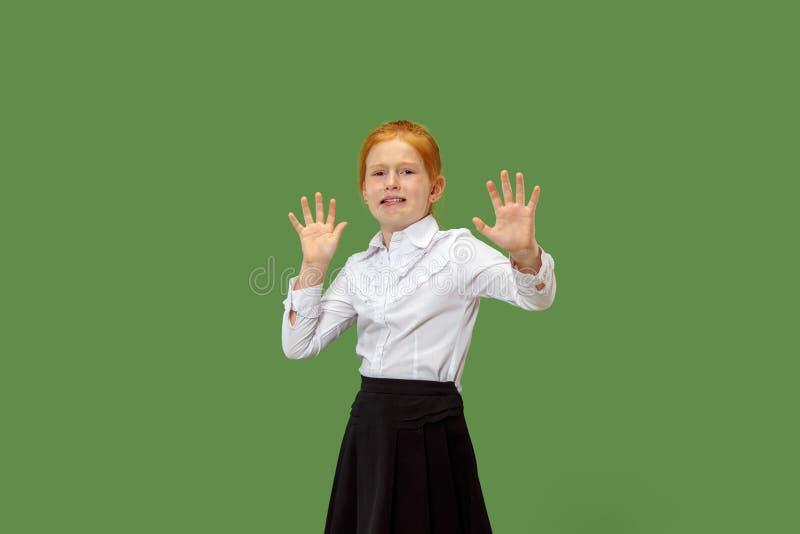 Portret van het doen schrikken tienermeisje op groen royalty-vrije stock afbeelding