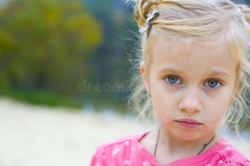 Portret van het droevige vijf-jaar-oude meisje royalty-vrije stock foto's