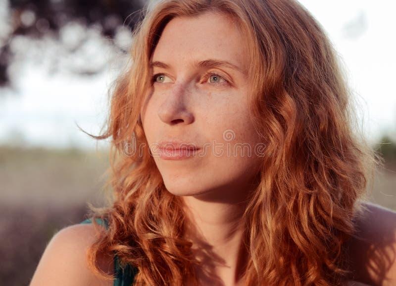Portret van het dromen en mooie roodharig royalty-vrije stock foto