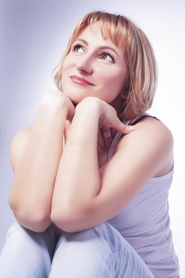 Portret van het Dromen van Kaukasische Blonde Vrouw in Toevallige Kleding P stock afbeeldingen