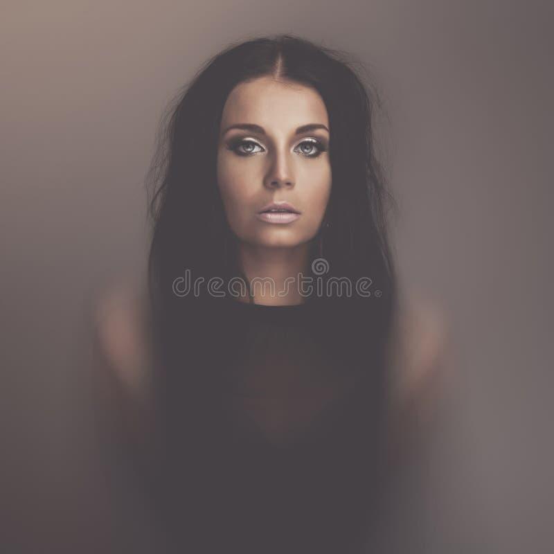 Portret van het emoties het donkere meisje stock foto