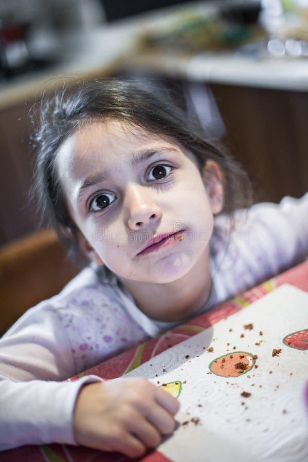 Portret van het ernstige meisje kijken naar cameralens stock afbeelding