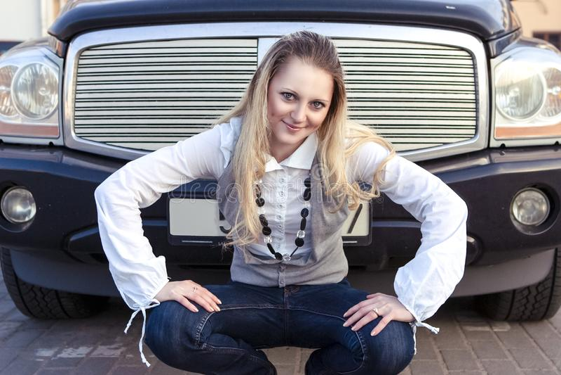 Portret van het Extravagante Kaukasische Meisje Stellen tegen een Grote Vrachtwagen royalty-vrije stock foto