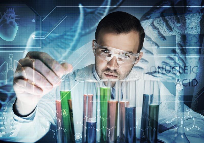 Portret van het geconcentreerde mannelijke wetenschapper werken met reagentia in laboratorium royalty-vrije stock afbeeldingen