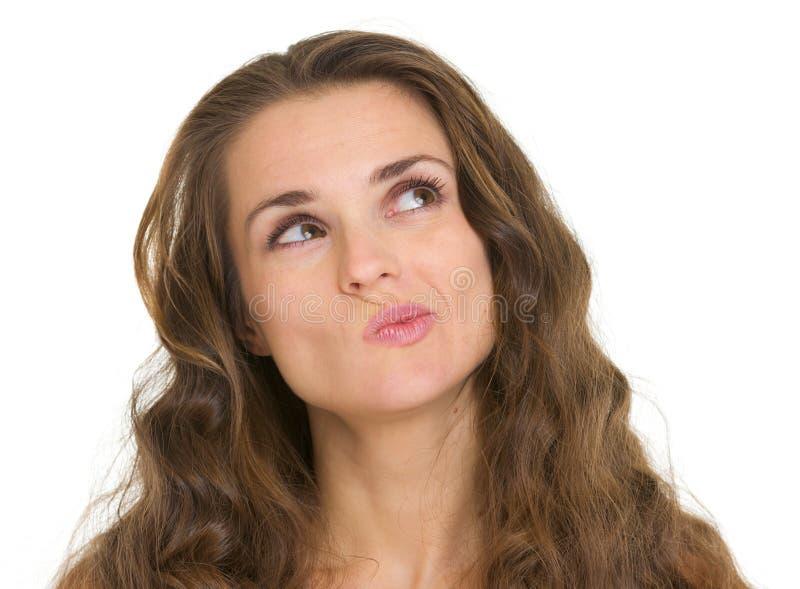 Portret van het geinteresseerde vrouw kijken op exemplaarruimte stock afbeelding