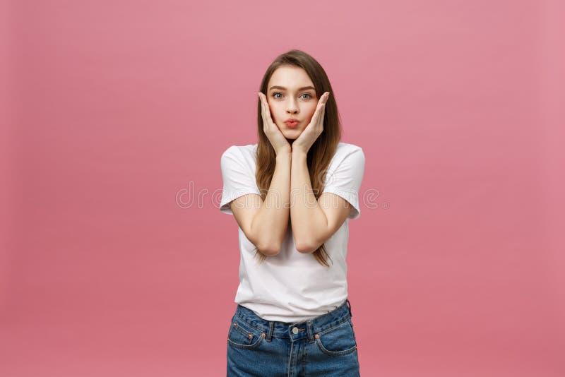 Portret van het gekke aanbiddelijke jonge vrouw spelen met haar haren emotioneel die meisje op witte achtergrond wordt geïsoleerd royalty-vrije stock foto
