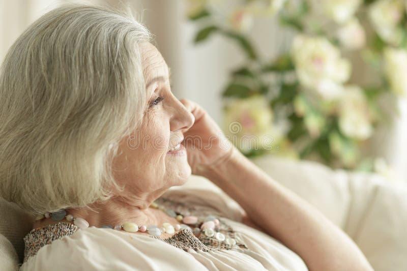 Portret van het gelukkige hogere vrouw thuis rusten royalty-vrije stock fotografie