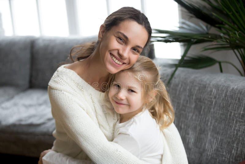 Portret van het gelukkige het houden van enige moeder leuk koesteren weinig daugh stock afbeeldingen