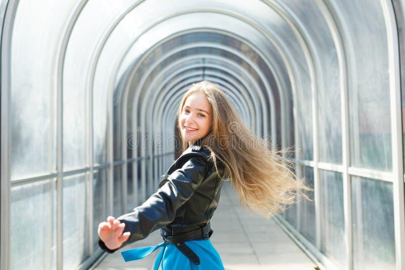 Portret van het gelukkige jonge meisje stock foto