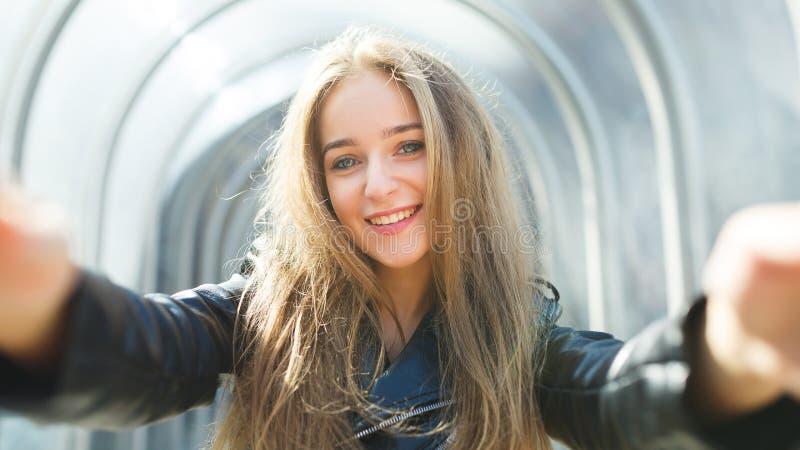 Portret van het gelukkige jonge meisje stock afbeeldingen