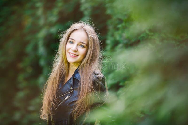 Portret van het gelukkige jonge meisje stock afbeelding