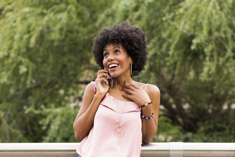 Portret van het Gelukkige jonge mooie afro Amerikaanse vrouw glimlachen stock afbeelding