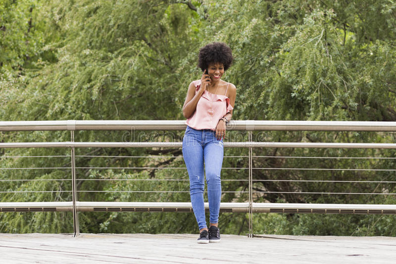 Portret van het Gelukkige jonge mooie afro Amerikaanse vrouw glimlachen royalty-vrije stock foto's