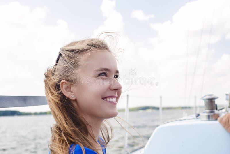 Portret van het Gelukkige Kaukasische Vrouw Varen op Jacht royalty-vrije stock fotografie