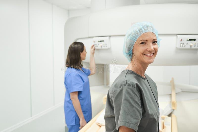 Portret van het Gelukkige Rijpe Vrouw Glimlachen als Patiënt in Kliniek stock foto's