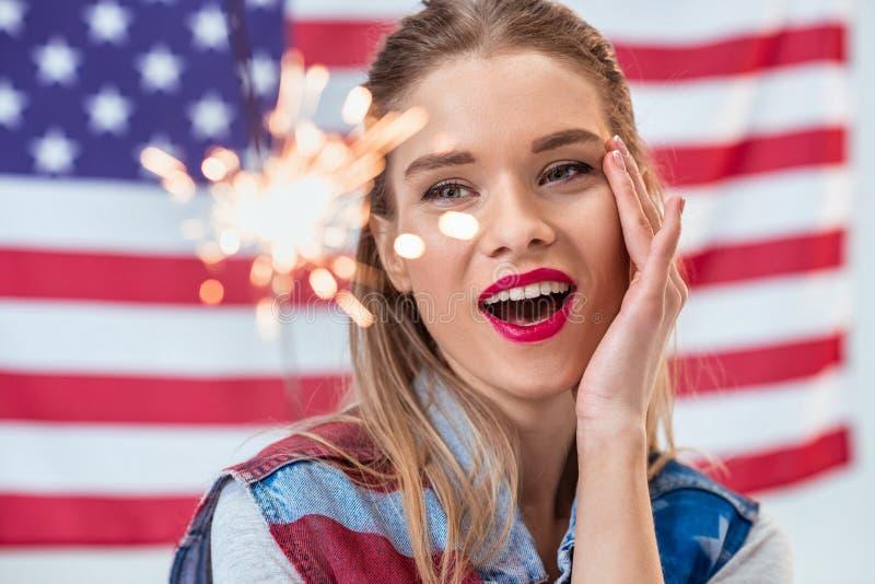 Portret van het gelukkige sterretje van de vrouwenholding met Amerikaanse erachter vlag stock foto