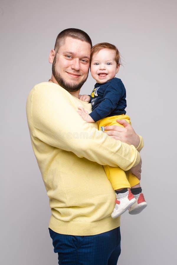 Portret van het gelukkige vader stellen met mooi glimlachend kind stock afbeelding