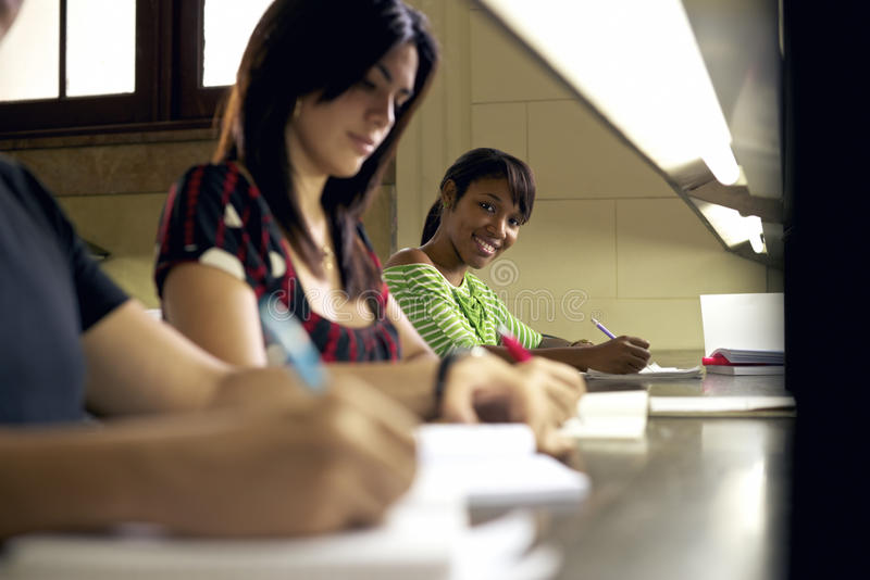 Portret van het gelukkige vrouwelijke student schrijven, Afrikaanse Amerikaanse vrouw stock foto