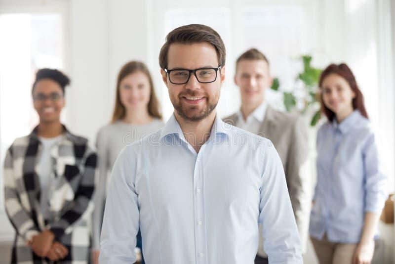 Portret van het gelukkige zakenman stellen met team bij achtergrond royalty-vrije stock foto